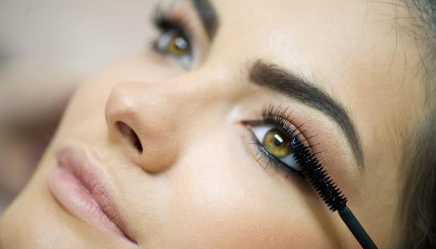 natural-eyelash-growth-putting-on-mascara